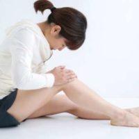 若い女性 膝の痛み