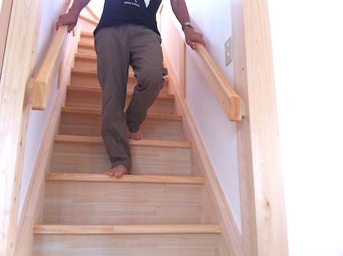 膝の痛み 階段を下りる時